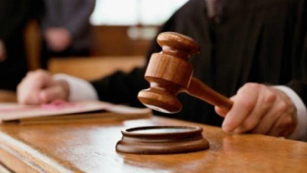 शख्स ने अदालत से की अनोखी अपील, केस निपटारे के लिए मिले पत्नी से तलवारबाजी मुक़ाबले की इजाज़त